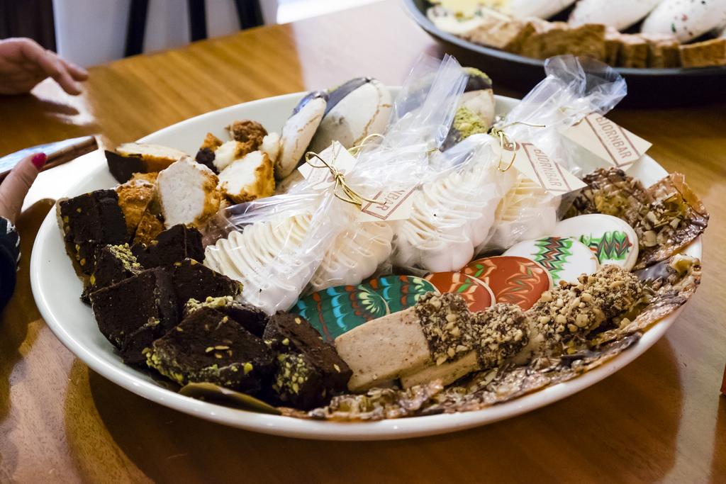 caffe-artigiano-baked-goods-tray-1