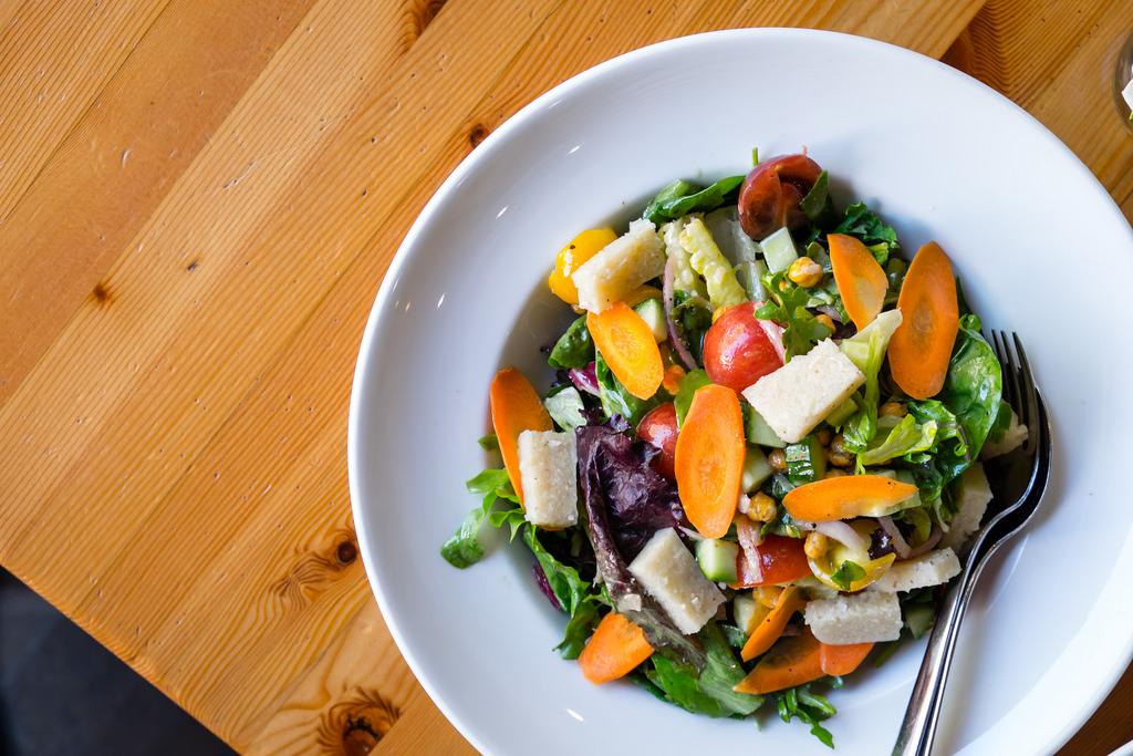 rocky-mountain-flatbread-vegan-summer-greens-salad