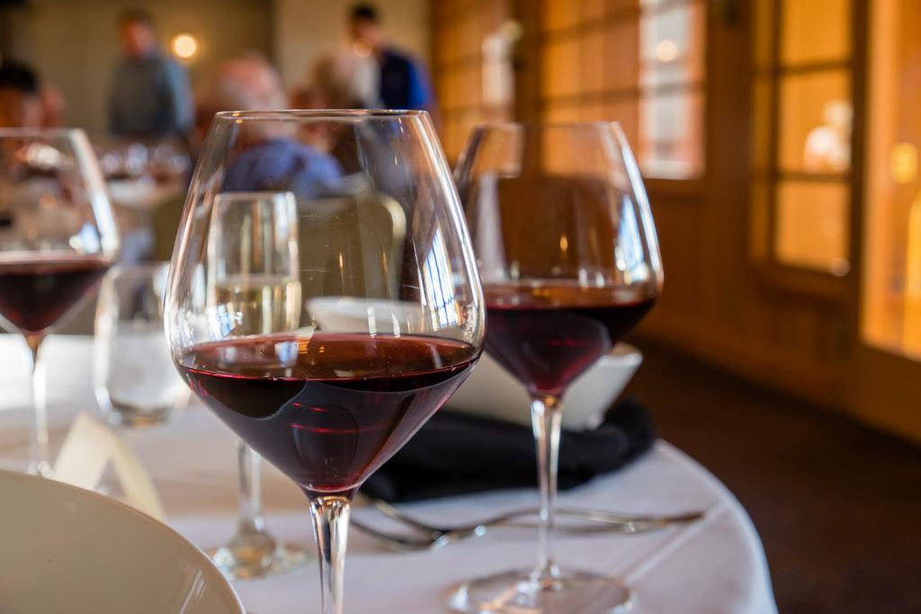 semiahmoo-winemaker-dinner-sokol-blosser-evolution-pinot-noir